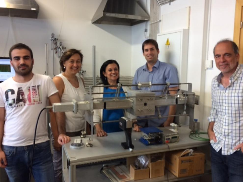 Equipo investigador que ha desarrollado el trabajo, con Jesús Santamaría a la derecha, en los laboratorios del INA.