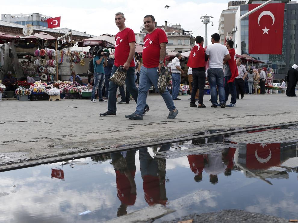 Muchos turcos siguen llevando los símbolos del país como símbolo de repulsa al golpe