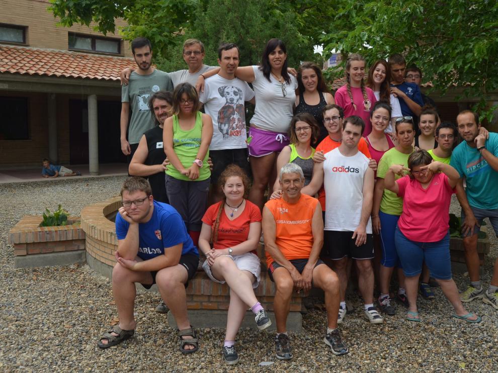 Grupo de jóvenes que participan en el campo de trabajo en Fonz de Down Huesca.