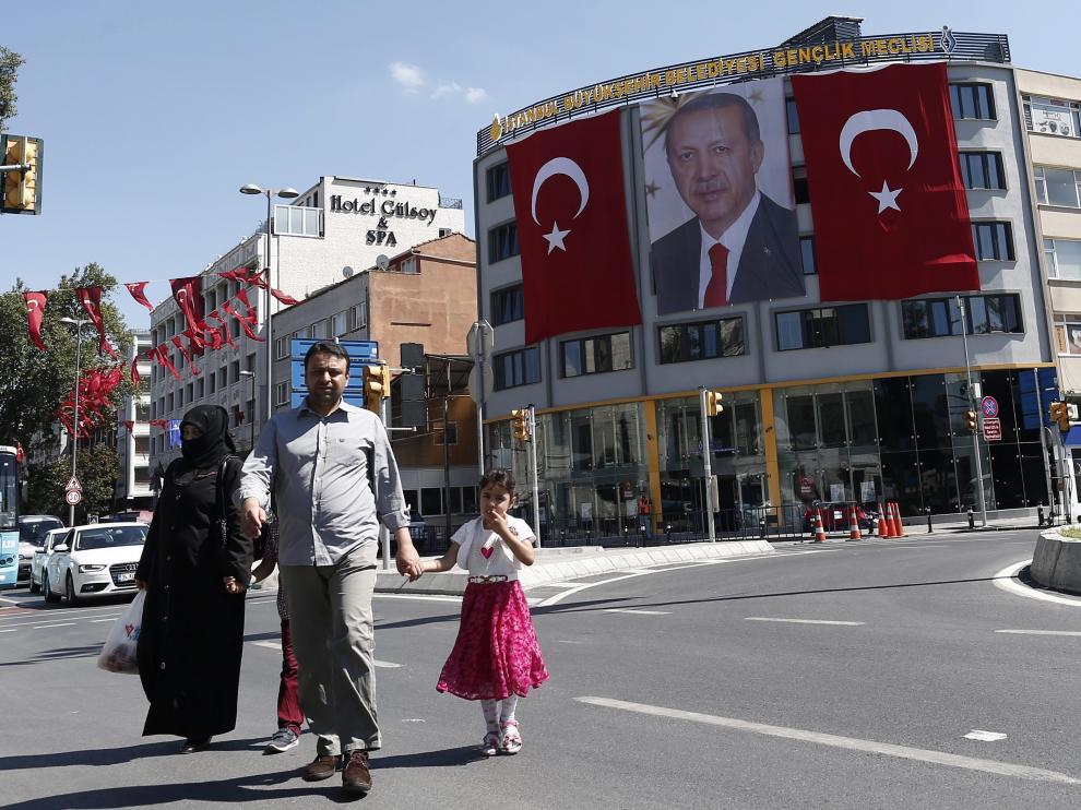 Una imagen del presidente Erdogan entre dos banderas de Turquía