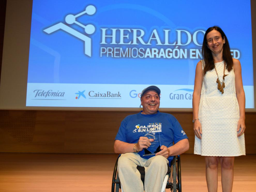 Miguel Nonay, autor de Viajeros Sin Límite, recogió el premio de Susana Betrán, gerente de Grancasa.
