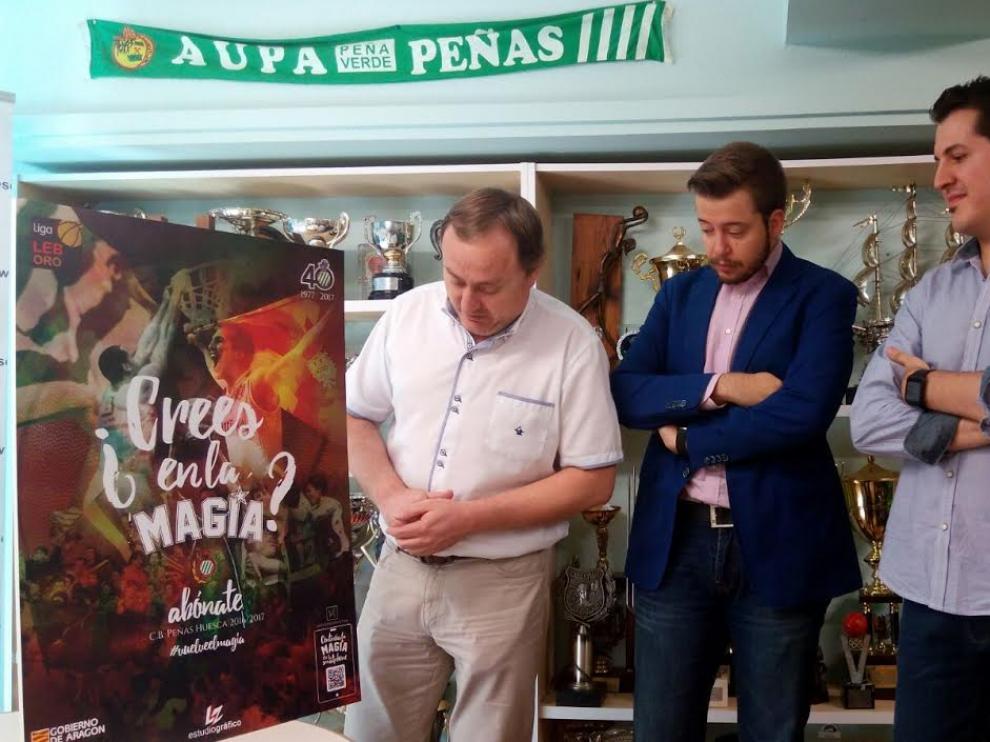 Junto al cartel promocional: Alberto Gracia, vicepresidente, Antonio Orús, presidente y Jesús Gracia, de la empresa Nova3Interactiva.