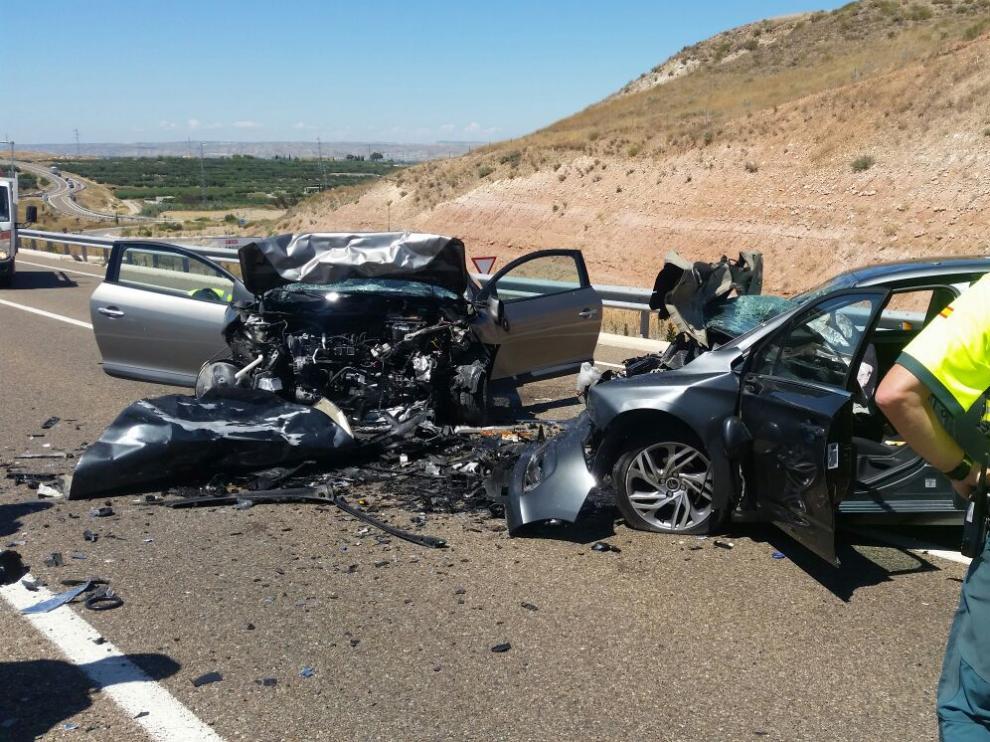 Dos heridos graves en una colisión frontal en Fuentes de Ebro