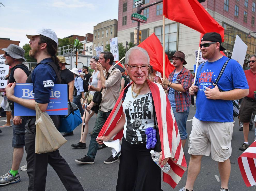 El calor y el apoyo a Sanders marcan el inicio de la Convención Demócrata