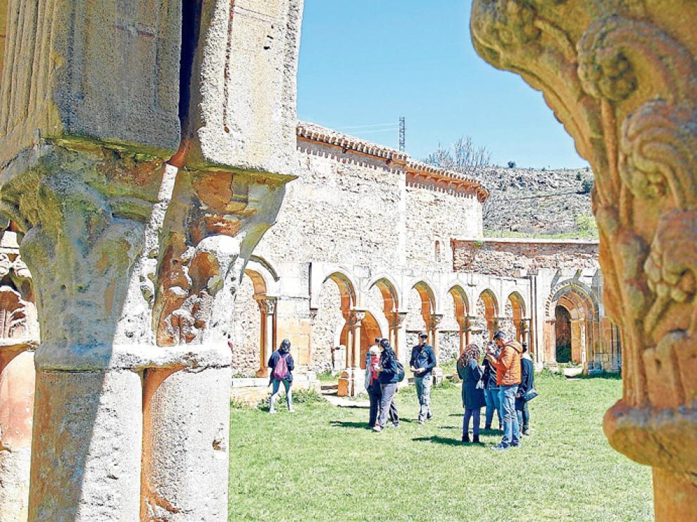 Turistas en los arcos de San Juan de Duero de Soria, el pasado mes de junio