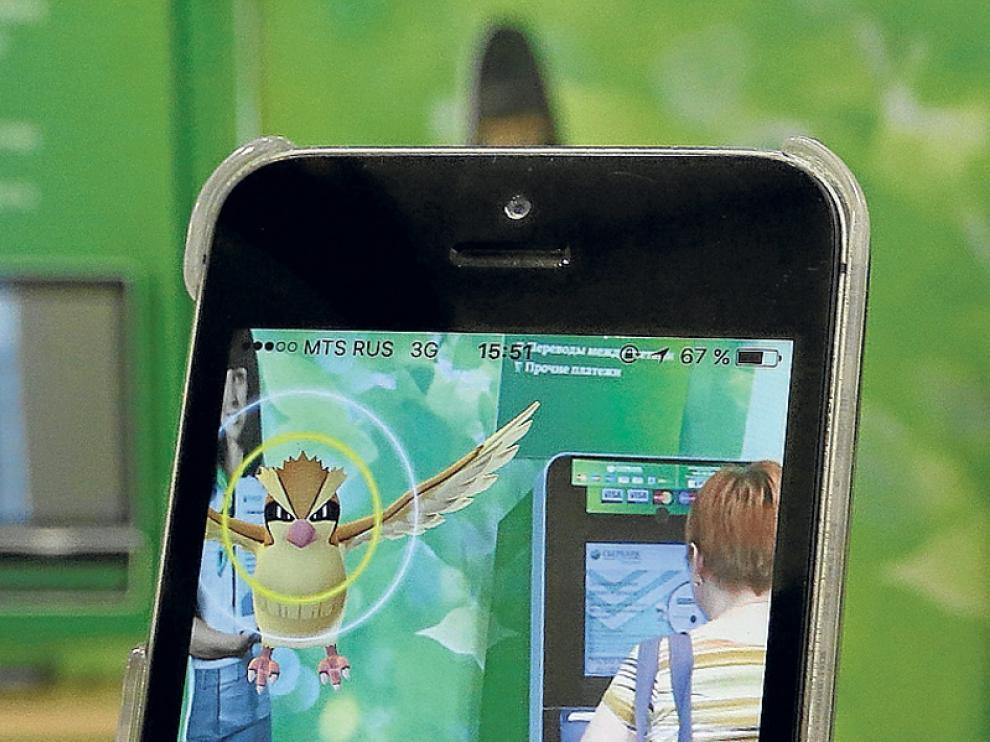 Una chica jugando a 'Pokémon GO'