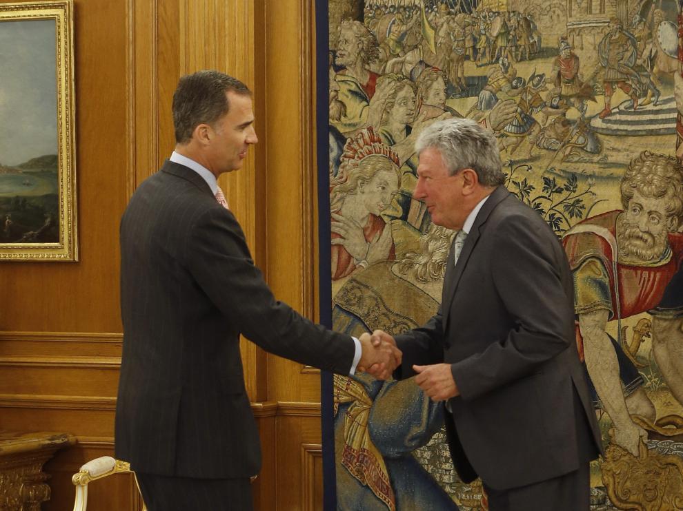 Don Felipe saluda a Pedro Quevedo, de Nueva Canarias.