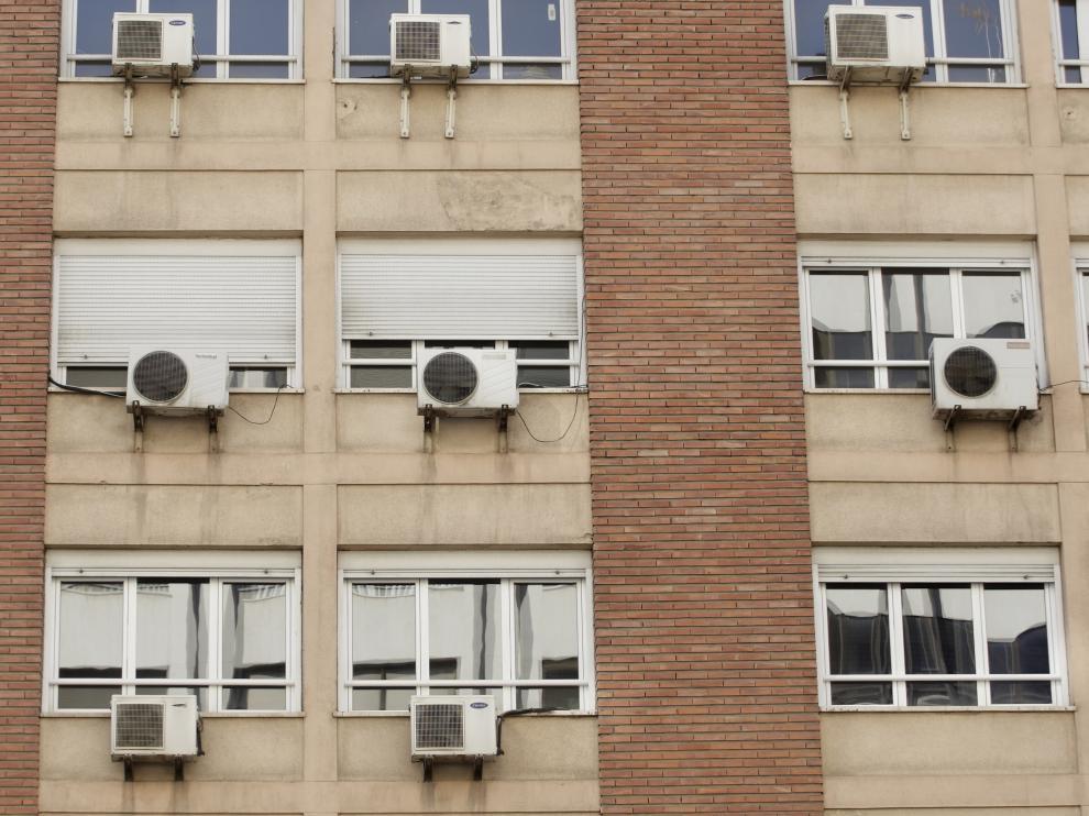 Aparatos de aire acondicionado en una fachada zaragozana.