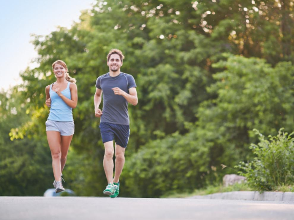 Practicar deporte mejora la tensión y el colesterol, previene la obesidad y la diabetes y ayuda a disminuir el estrés y la ansiedad.