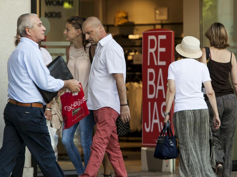Los zaragozanos aprovecharon ayer para hacer sus compras en el centro de la ciudad.