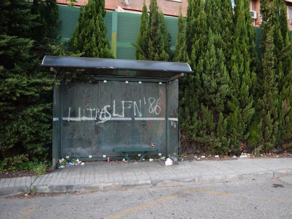 Suciedad en la parada del autobús situada junto a la urbanización Torres de San Lamberto