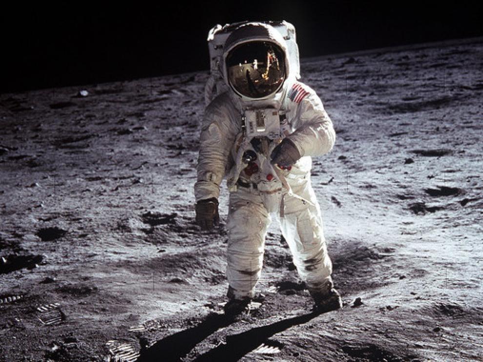 Un astronauta  camina sobre la superficie de la Luna durante la misión Apolo 11.