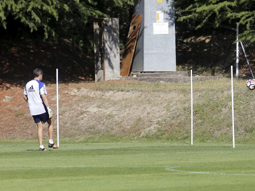 Álvaro Ratón, en pleno entrenamiento con Mikel Insausti, el preparador del porteros, la pasada semana en Boltaña (Huesca).