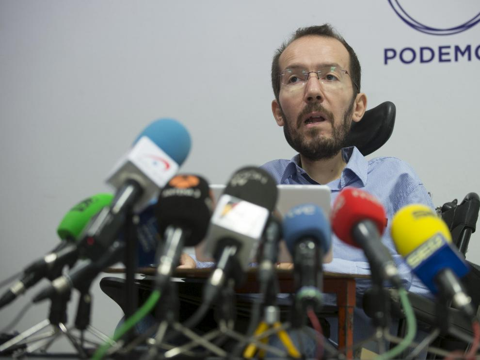Pablo Echenique, en una rueda de prensa en la sede zaragozana de Podemos.