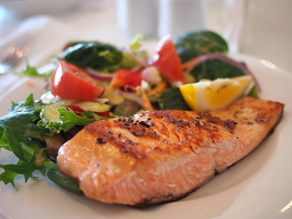 El pescado es uno de los alimentos que más Omega 3 posee, junto a las nueces.