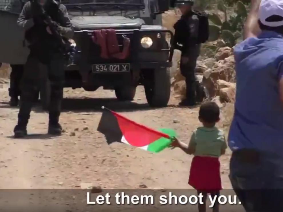 Un palestino insta a unos soldados israelíes a disparar contra su hijo de 3 años.