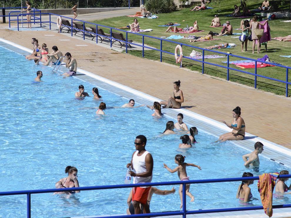 Bañistas en el centro deportivo municipal Salduba, junto al parque Grande.