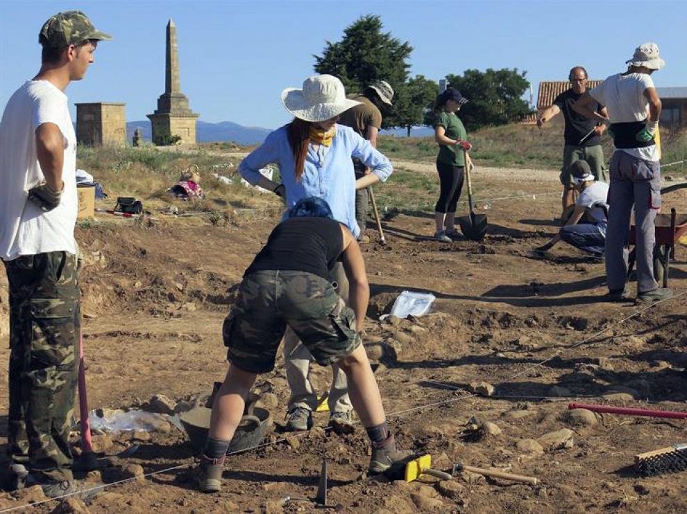 Jóvenes participantes del campo de trabajo realizando sus primeras tareas