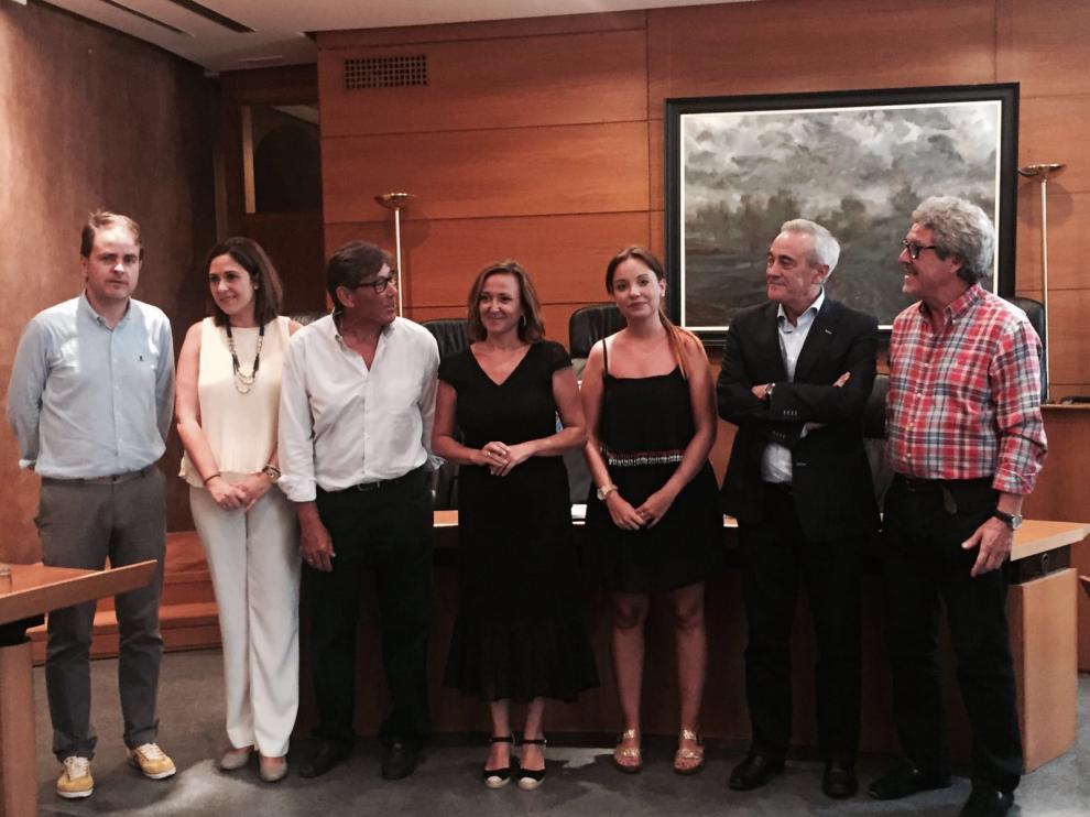 Foto de familia de los portavoces de las Cortes y la consejera Mayte Pérez.