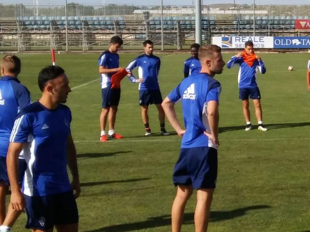 El rubio Alex Barrera, en primer término, durante el entrenamiento de este viernes. Al fondo, Lanzarote junto a Erik Morán.