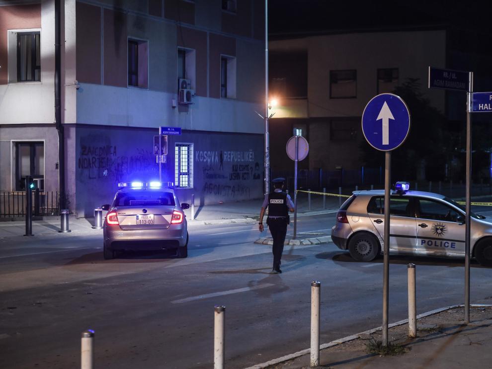 La policía inspecciona la zona cercana al Parlamento de Kosovo tras la explosión.