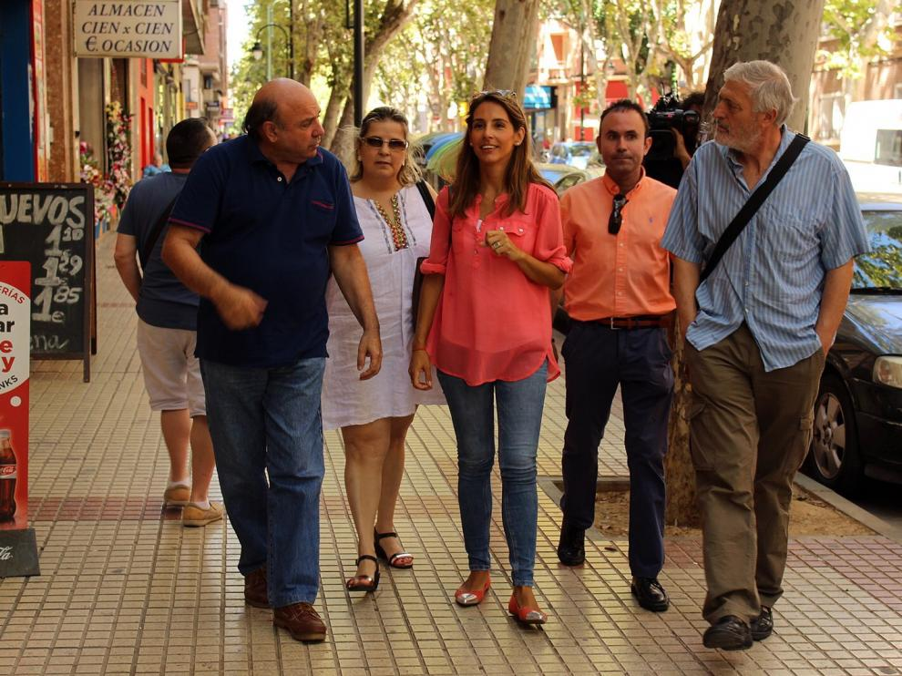 La concejal del PP en el Ayuntamiento de Zaragoza, María Navarro, en el centro de la imagen