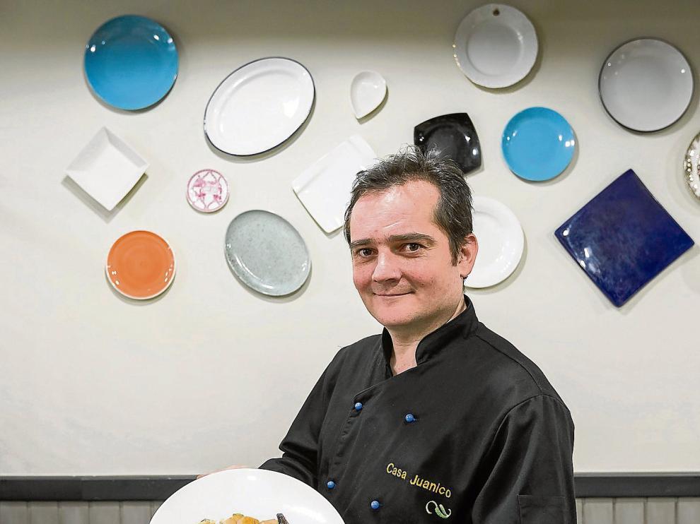 Michel Velasco, chef de Casa Juanillo, con una ensaladilla que lleva sardinillas y vieiras, entre otros ingredientes.