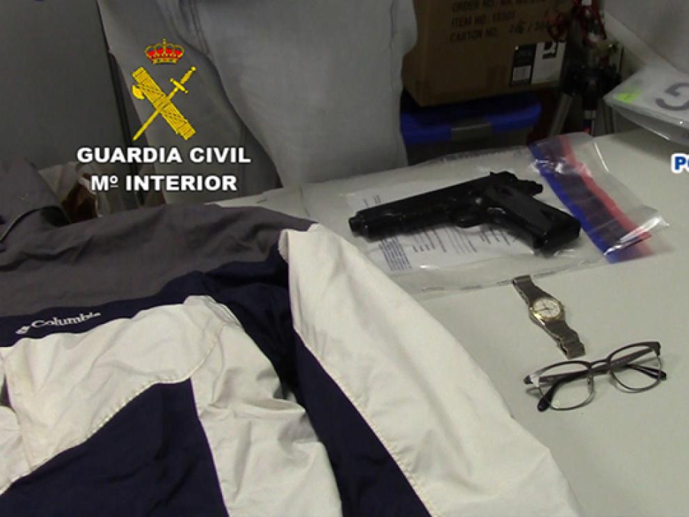 Algunos de los objetos que se hallaron en su vivienda permitieron identificarle