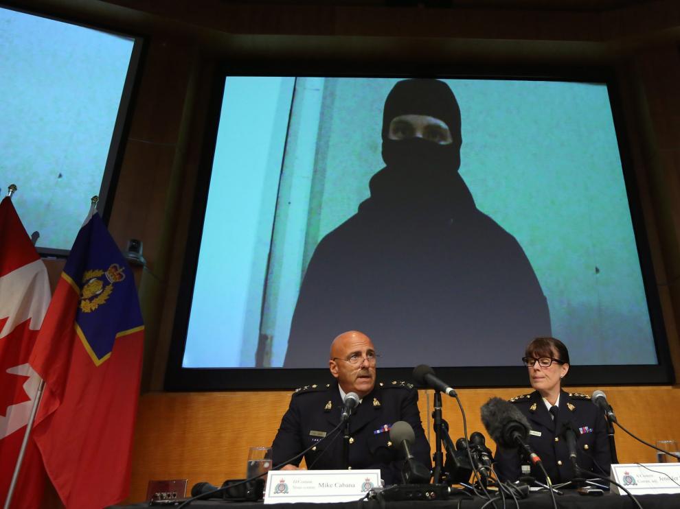 Los portavoces de la Policía Montada explican la operación con una imagen del vídeo del terrorista de fondo