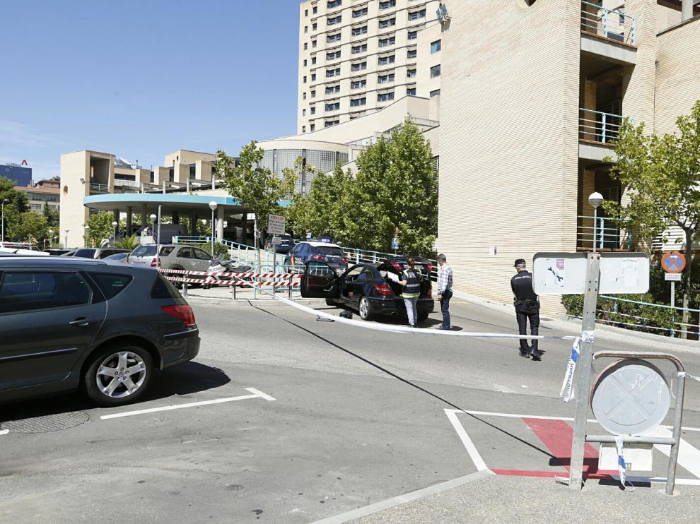 El coche, conducido por la hija, acabó estrellado en el Clínico