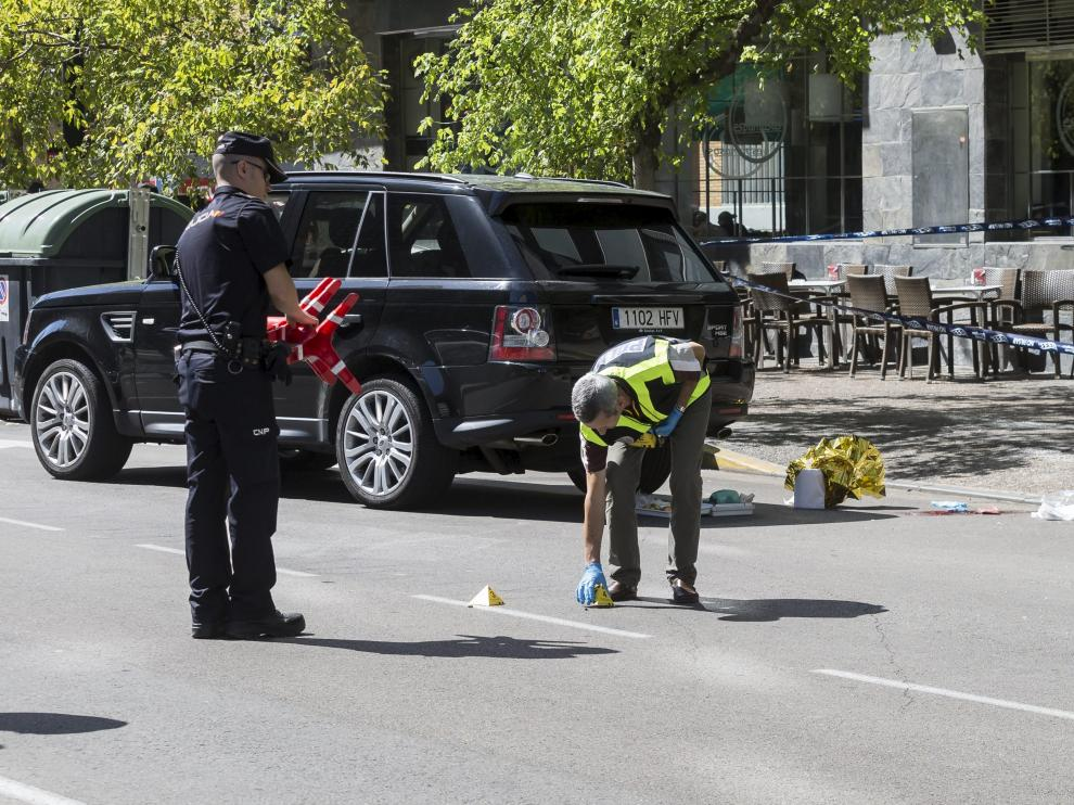 La Policía Científica señalizaba ayer el lugar donde fueron localizados los casquillos de las balas.