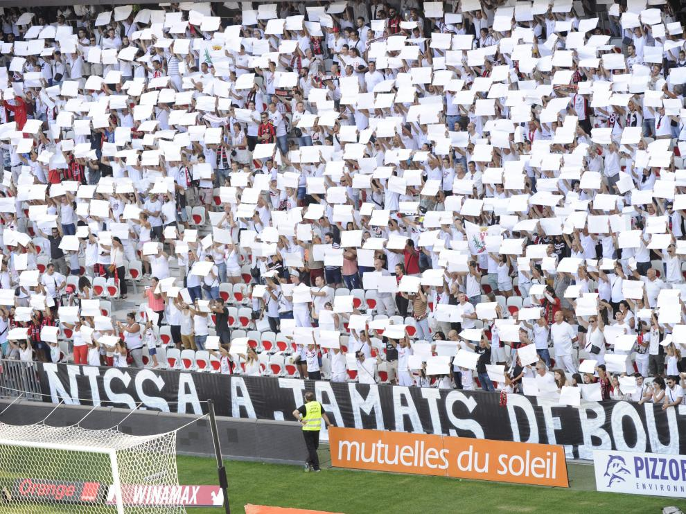 El estadio del Niza, teñido de blanco