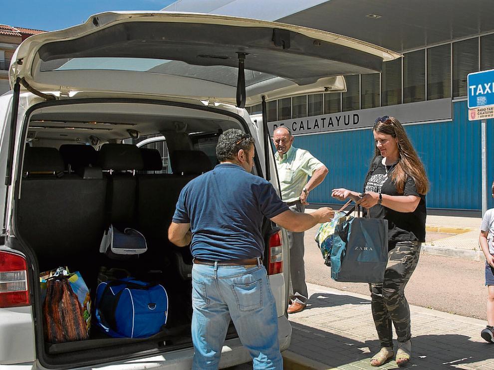 Jorge Pérez traslada en su taxi a Dina y a su hijo desde Calatayud a Campillo de Aragón.