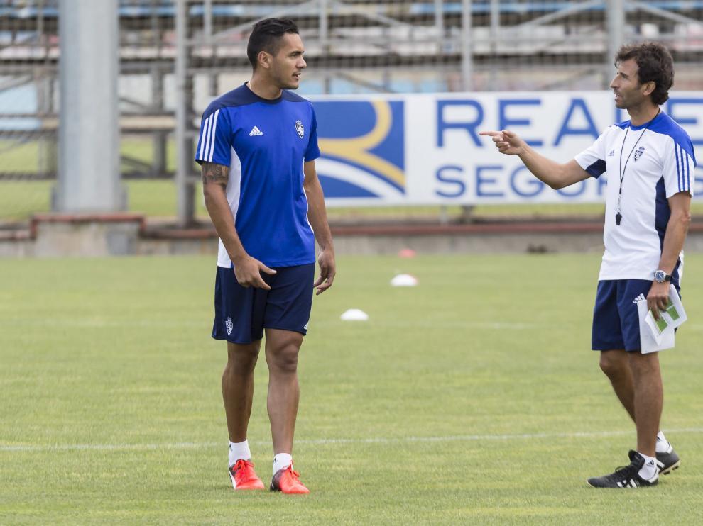 Luis Milla dialoga con Marcelo Silva durante la sesión de trabajo de ayer por la tarde.