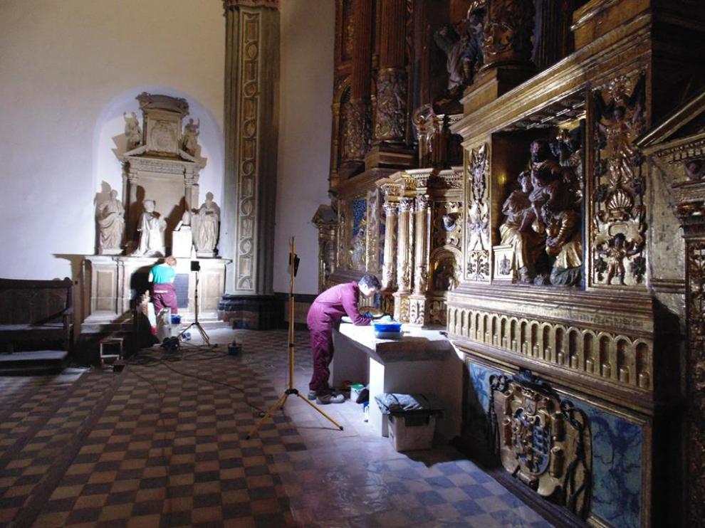 Los restauradores proceden a la limpieza del retablo mayor de la catedral.