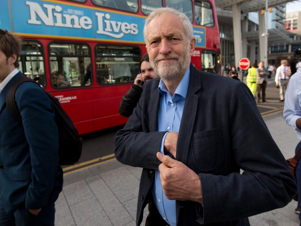 El laborista Corbyn viaja sentado en el suelo de un tren por falta de asientos
