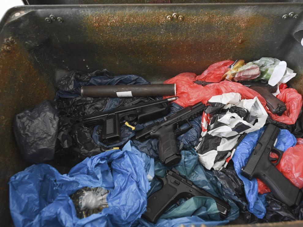 Vista de la caja de metal con armas de fuego que presentó el departamento de aduanas de Francfort tras ser confiscada en Colonia.