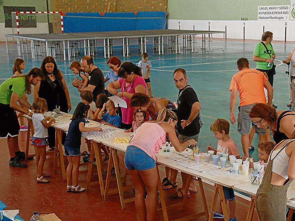 Los niños se congregaron en el pabellón para participar en el taller de manualidades.