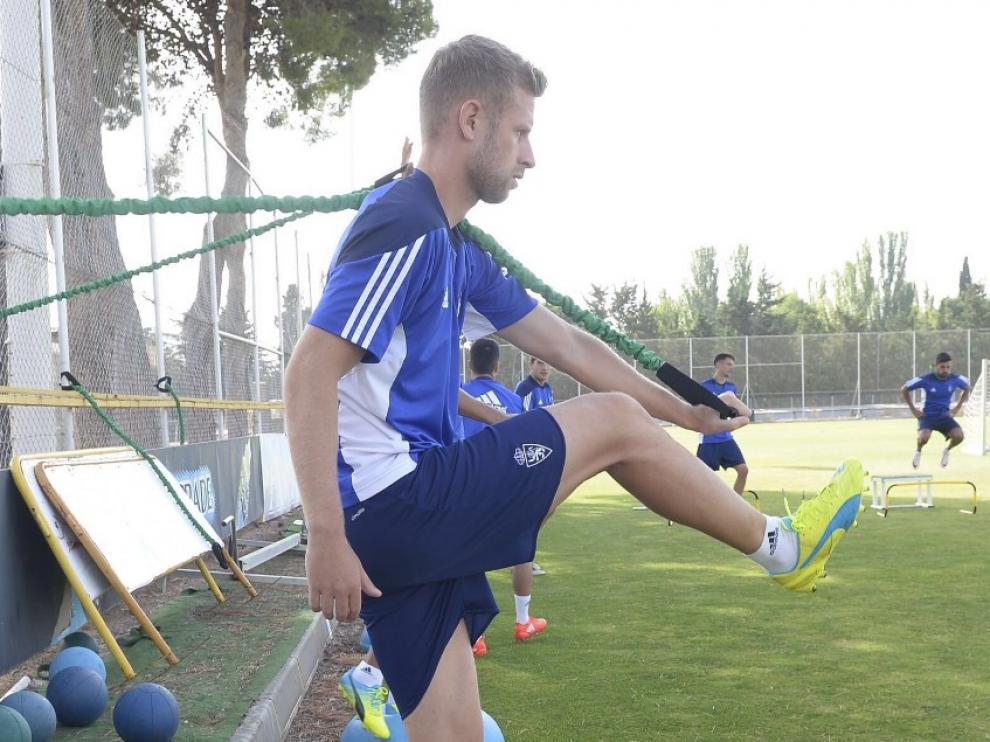 Álex Barrera, durante el entrenamiento del Real Zaragoza