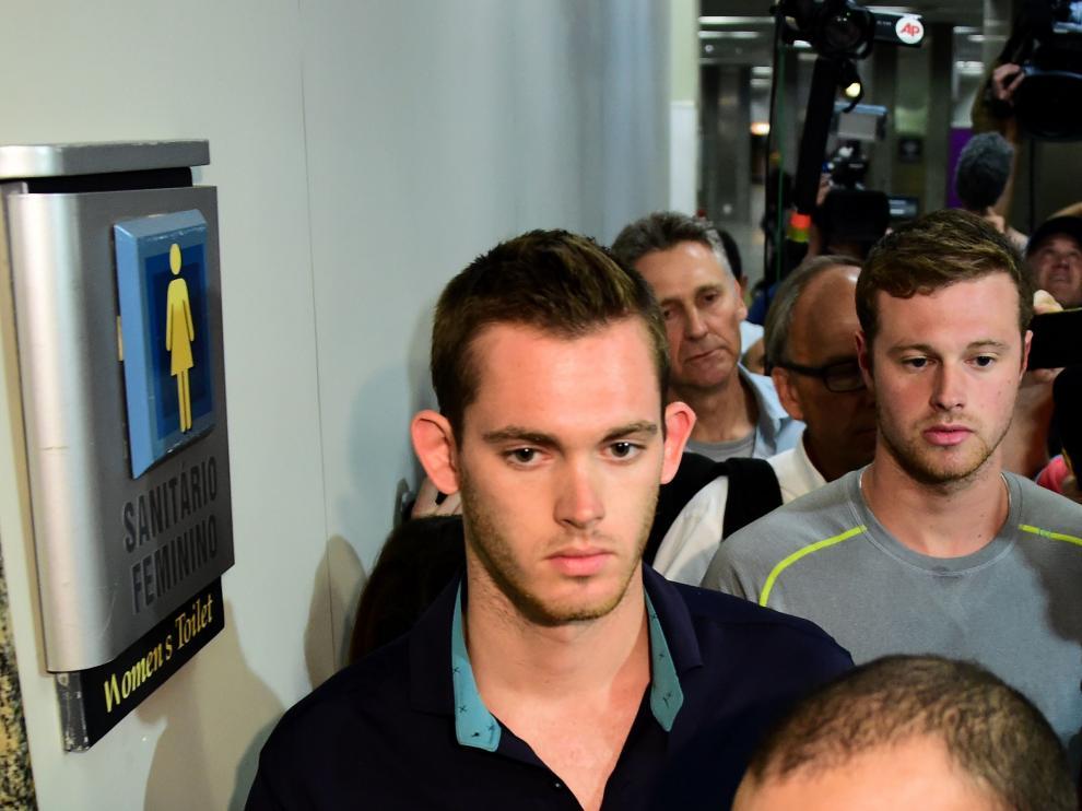 Gunnar Bentz y Jack Conger en el aeropuerto de Río de Janeiro tras ser retenidos por la policía.