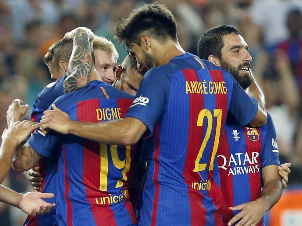 Los jugadores del Barça celebran uno de los tres goles de su equipo.