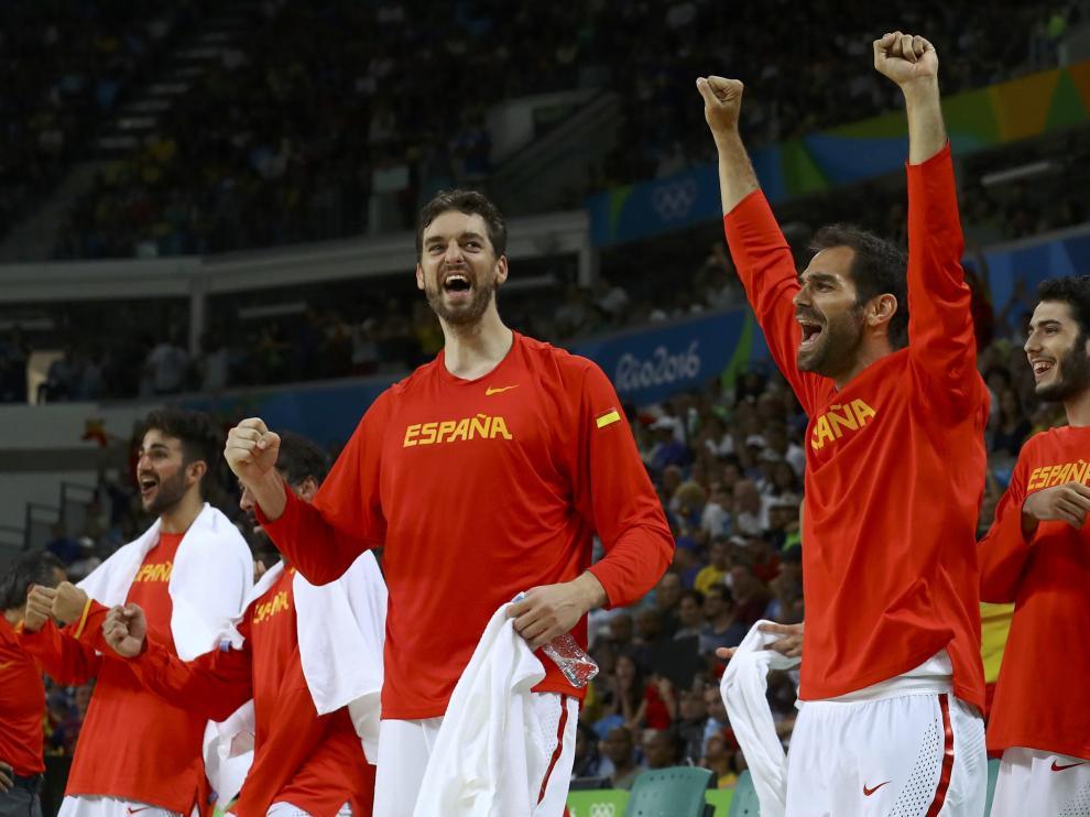 EL equipo de baloncesto español celebran su victoria ante Francia.