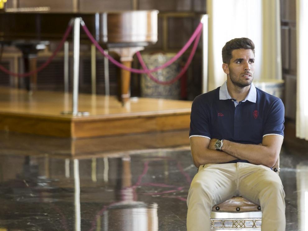 Leandro Cabrera, sentado en la recepción del equipo en el Ayuntamiento de Zaragoza de este jueves.