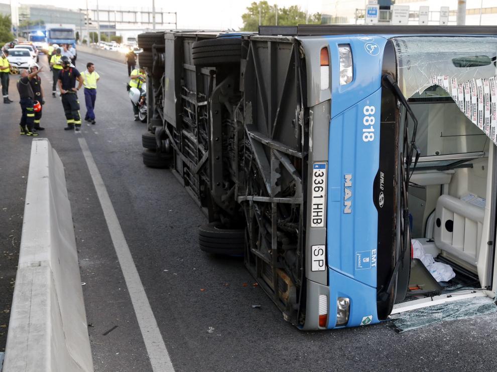 15 heridos leves al volcar un autobús municipal en Madrid