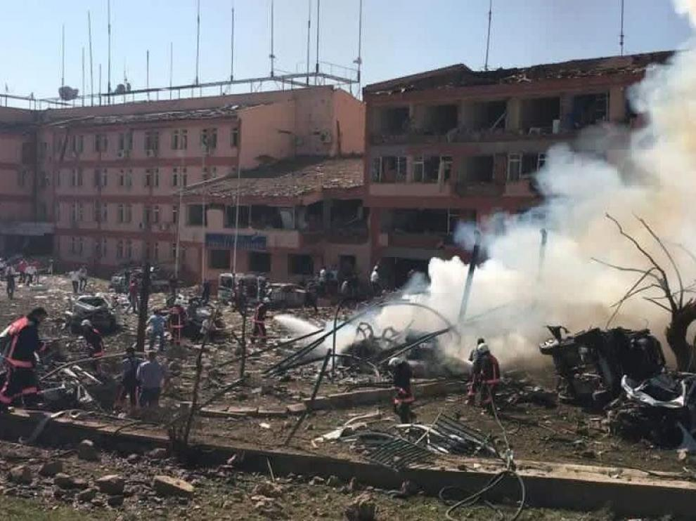 Al menos tres muertos y cien heridos en un ataque con coche bomba contra una comisaría turca.