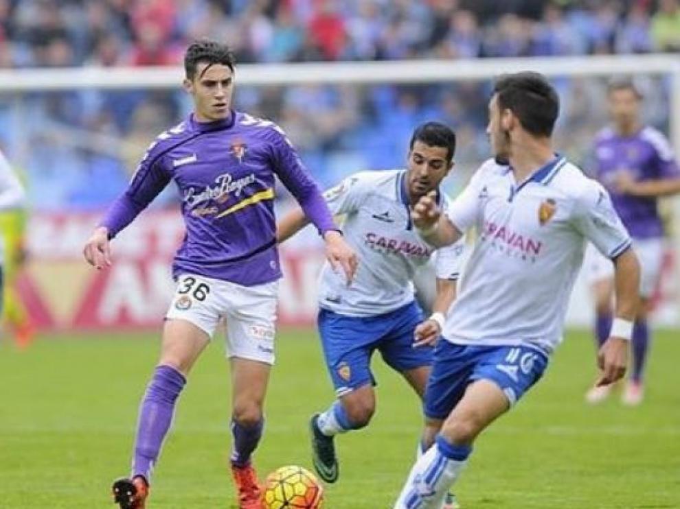 Hermoso, con el 36 del Valladolid, en el partido que disputó el año pasado en La Romareda, en pugna con Isaac y Ángel.