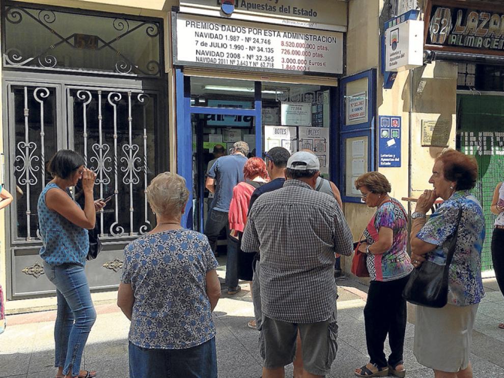 Gente haciendo cola esta semana en una administración de lotería de la capital.