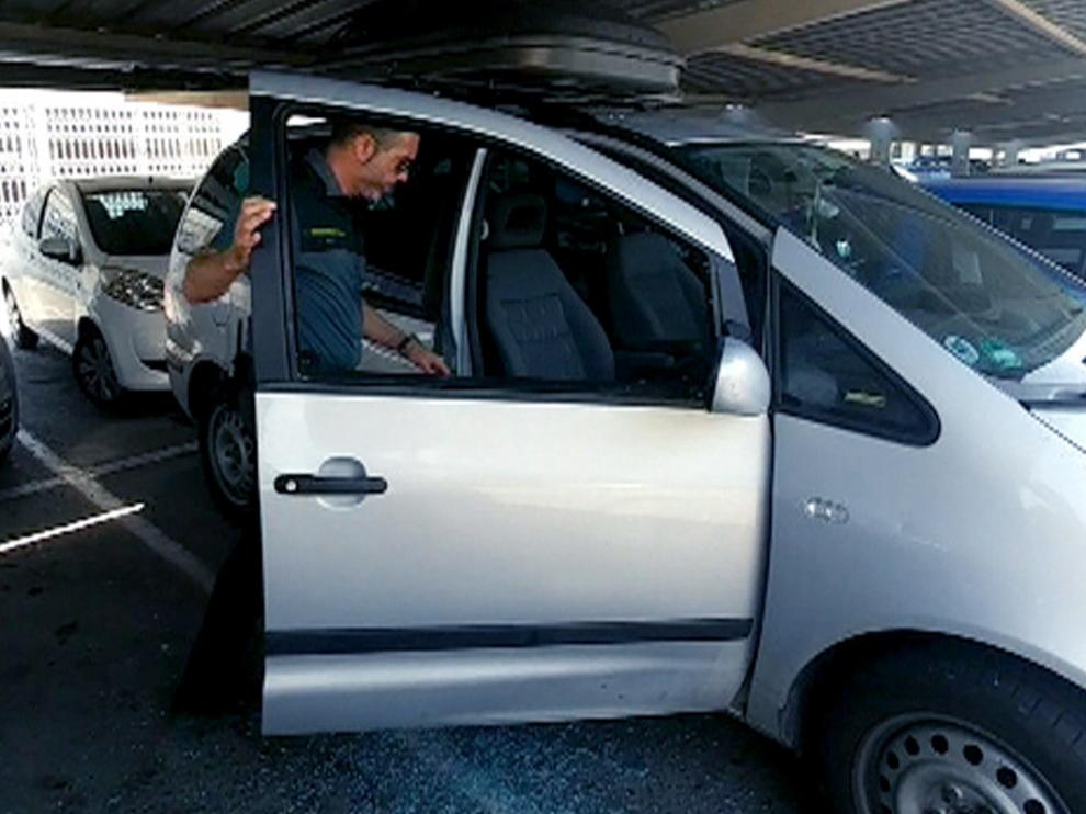 Los agentes rompieron la ventanilla para poder acceder hasta el bebé.