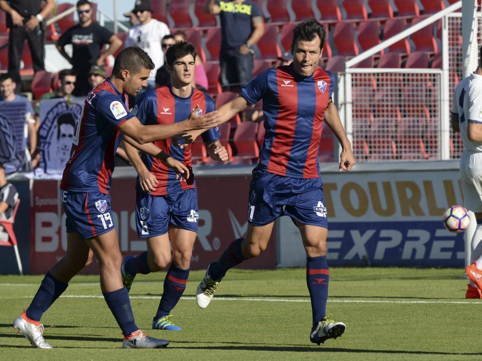 Camacho celebra junto a Álex González y Gonzalo Melero el tanto que anotó ante el Real Madrid Castilla durante esta pretemporada.