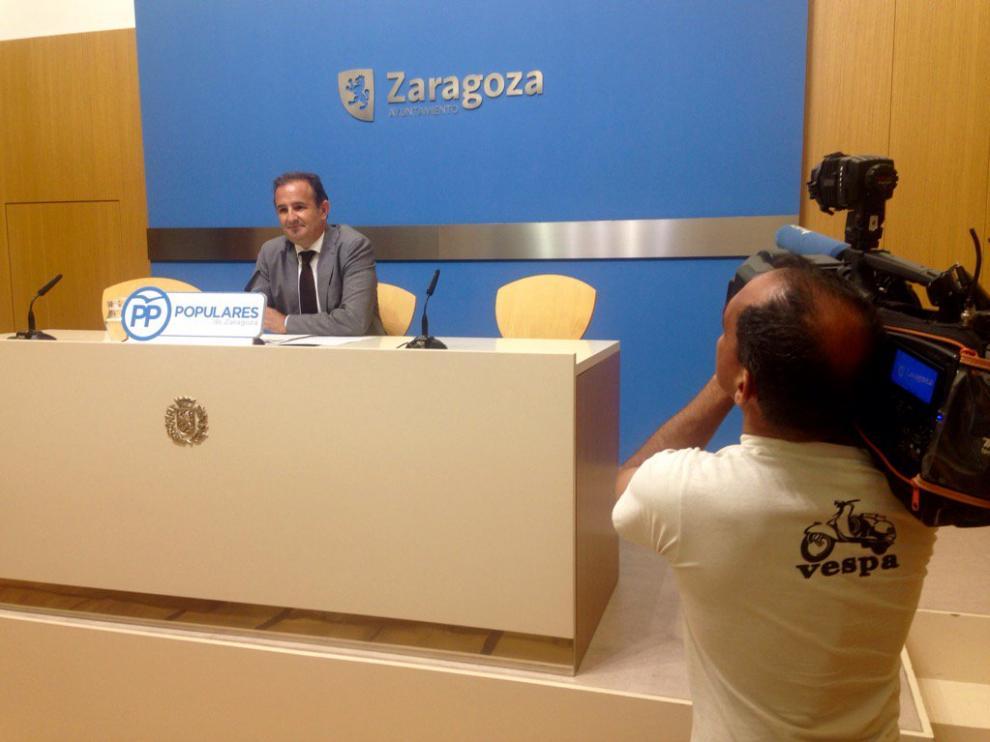 El concejal del grupo municipal del PP, Ángel Lorén, en rueda de prensa.
